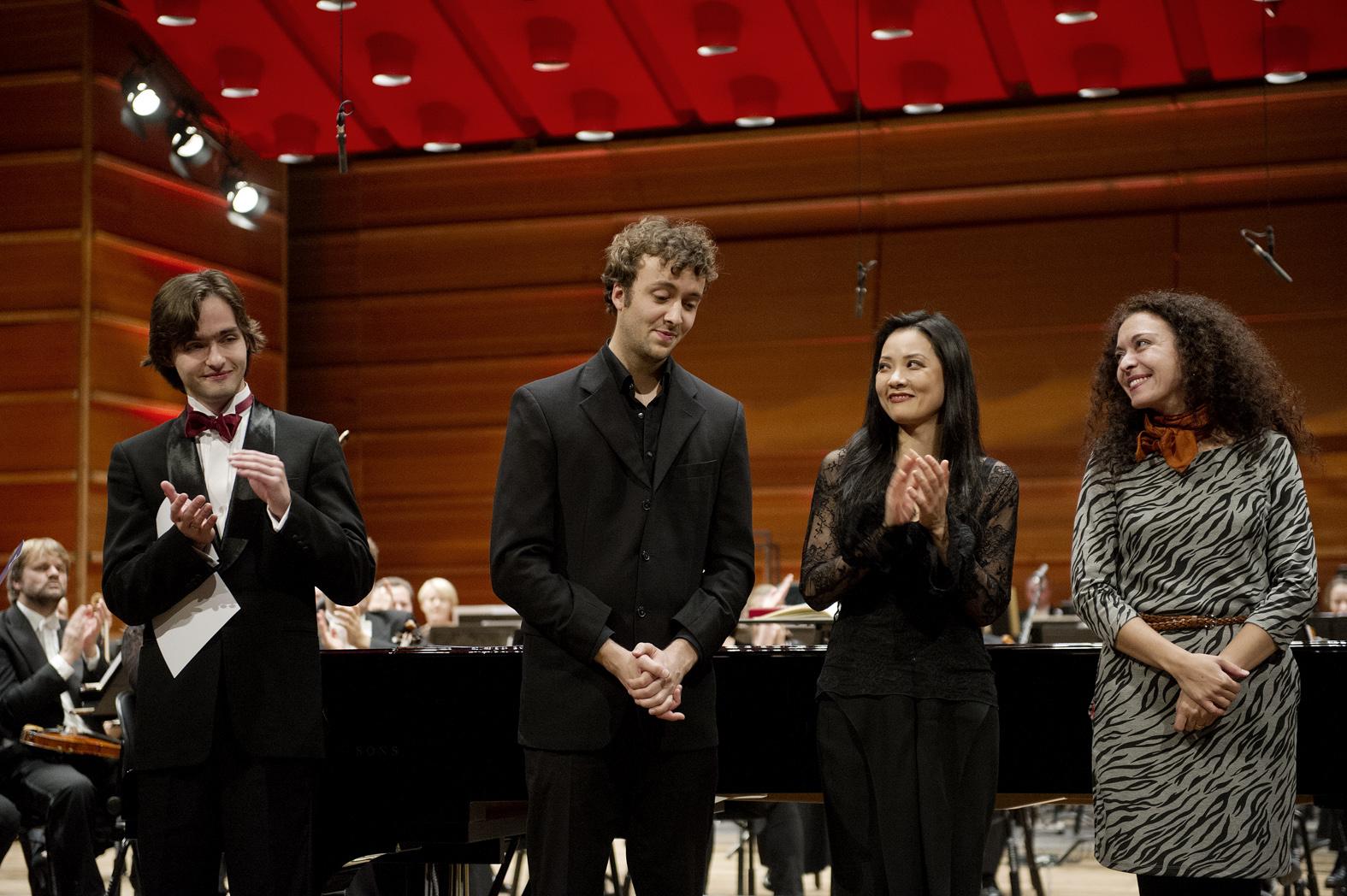 Førsteprisvinner Joachim Carr fra Bergen sammen med andreprisvinner Arseny Tarasevich-Nikolaev (til venstre) og jurymedlemmene Ya-Fei Chuang og Marianna Shirinyan (foto: Helge Skodvin).